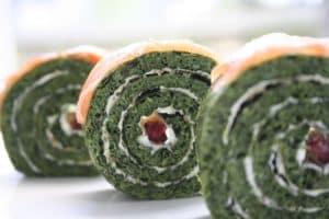 Roulé de Koukou Sabzi (crêpes aux herbes aromatiques, crème fraîche et saumon)